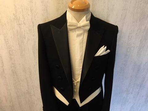 70b238c6bc8df 燕尾服は既製販売とオーダーと両方行っておりますのでメンズフォーマル専門店ノービアノービオ大阪梅田本店に御問合せの上、ご予約・御来店を御待ち申し上げます。