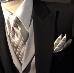 b0b3edb812f8b 部下の結婚式に出席の装いのディレクターズスーツ