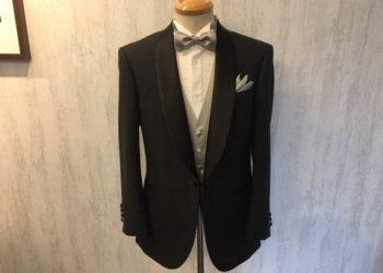 06145d7d4e5b0 ショールカラーのタキシード。タキシードの王道ともいうべき装いです。 サンデー毎日2018年12月23日号の表紙で滝沢秀明さんが着用されていたのが、
