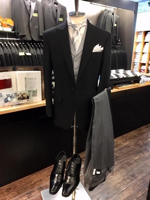 164b1a91913d9 ディレクターズスーツの着こなし装いの事でしたらメンズフォーマル専門のノービアノービオ大阪梅田本店にご連絡の上、御来店下さいませ。